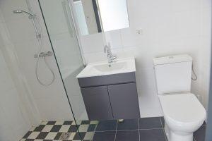 Lingezicht twinroom badkamer